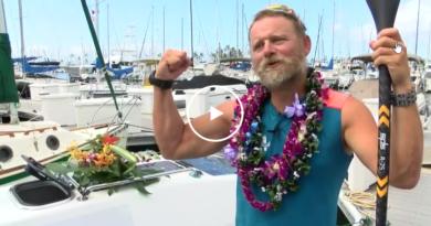 Испанский спортсмен переплыл Тихий океан в одиночку